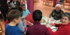 Visita de los niños del colegio público Las Esperanzas a la Residencia San Pedro