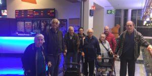Sesión de cine en el CC Dos Mares de San Javier por parte de los mayores de la Residencia de San Pedro de Mensajeros de la Paz Murcia