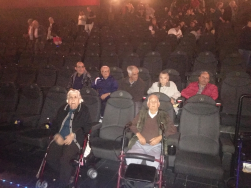 Sesión de cine en el CC Dos Mares de San Javier por parte de los mayores de la Residencia de San Pedro de Mensajeros de la Paz Murcia 2