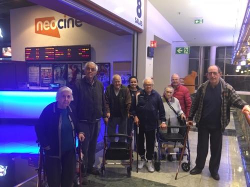 Sesión de cine en el CC Dos Mares de San Javier por parte de los mayores de la Residencia de San Pedro de Mensajeros de la Paz Murcia 3